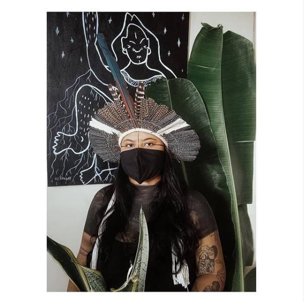 Indígena LGBTQIA+: Yacunã e seu desenho ao fundo
